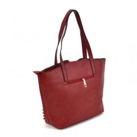 červená kabelka cez rameno a jej zadná strana so zipsom