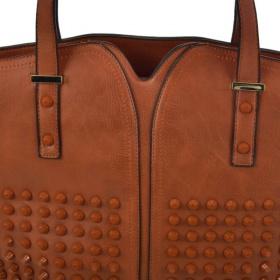 predná strana hnedej kabelky so zaujímavým ozdobným riešením