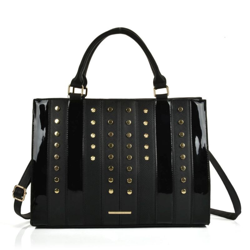 Čierna lesklá dámska kabelka do ruky.