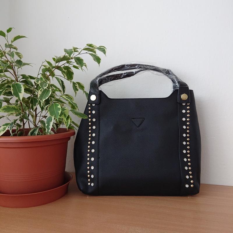 Čierna kabelka na rameno.