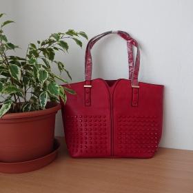 Červená dámska kabelka na rameno.