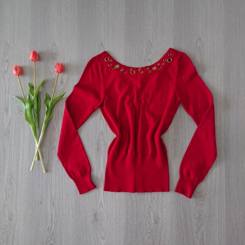 červený dámsky pulóver značky XOXO s dlhými rukávmi a véčkom na chrbte. Veľkosť S.