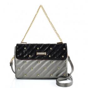 strieborná kabelka s perličkami